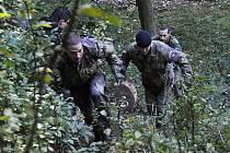 Summer Survival. Fyzicky a psychicky náročná soutěž tříčlenných družstev vojáků.