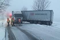 Havárie kamionu u Albrechtic.