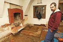 V RÁMCI archeologického výzkumu objevili odborníci (na snímku geolog Roman Hadač) několik unikátů včetně skrýše.