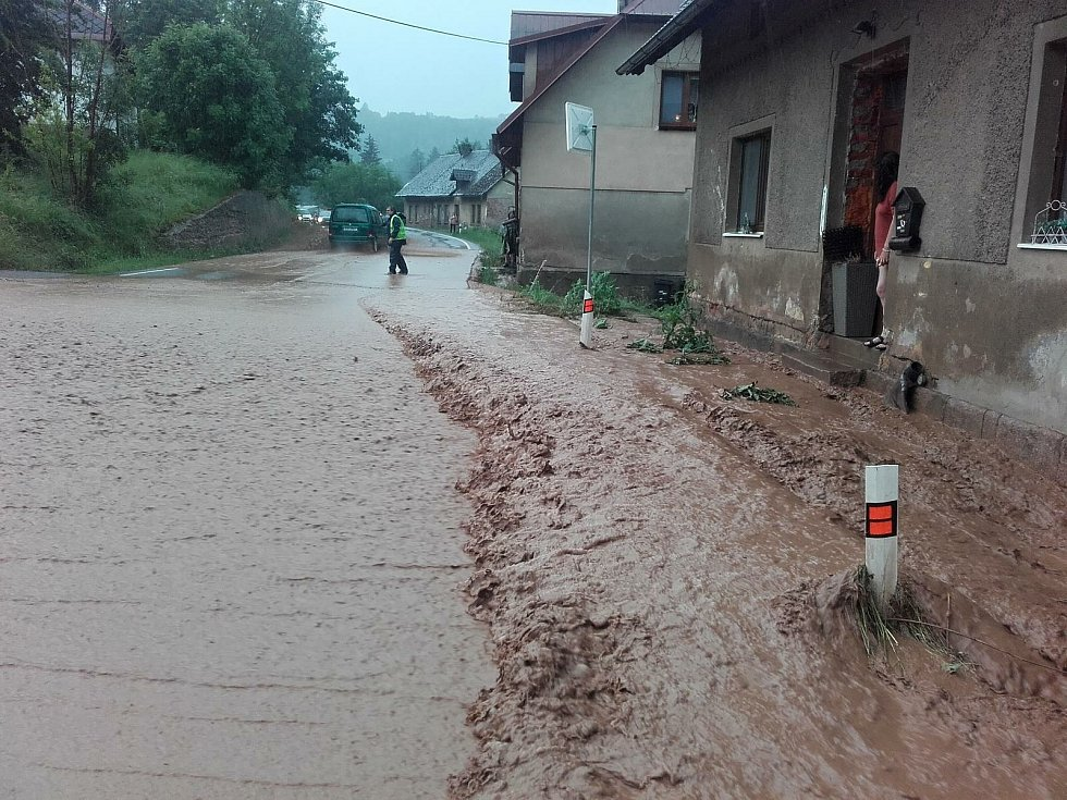 Voda se o víkendu valila ulicemi měst i vesnic.