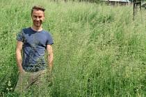 TRÁVA AŽ DO PASU. Nejde ale o žádnou romantickou louku, ale o sídliště v Rochlici. Sekání či spíše nesekání trávy je jednou z věcí, na kterou Henry Grossmann radnici neustále upozorňuje.