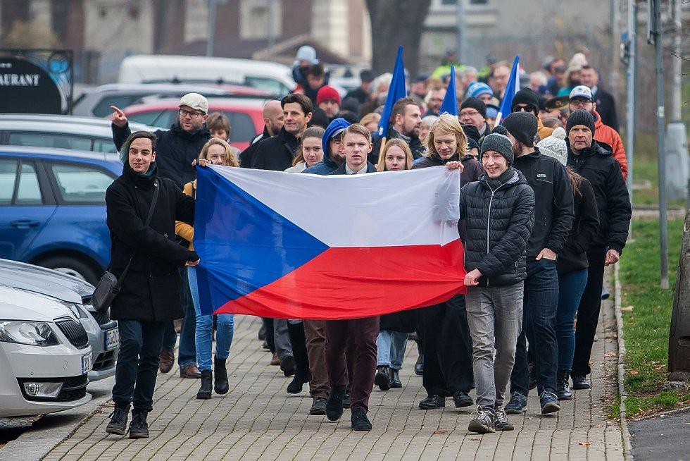 Pietní průvod po vzpomínkovém shromáždění, které se konalo 17. listopadu u Památníku obětem komunismu v Liberci u příležitosti výročí sametové revoluce v roce 1989.