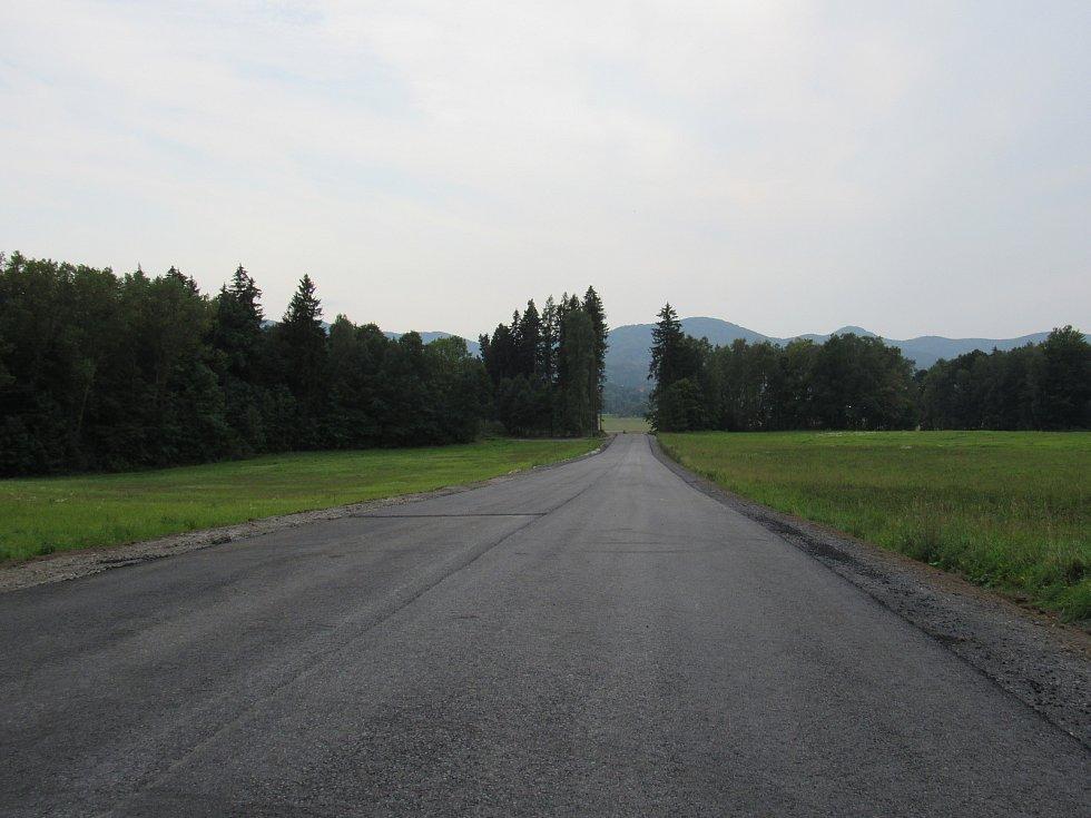 Kvůli rozšíření silnice se vykácela stoletá jasanová Kočárová alej, zachováno z ní zůstalo jen osm stromů. U nich by měla být do budoucna infotabule připomínající historii Kočárové aleje.