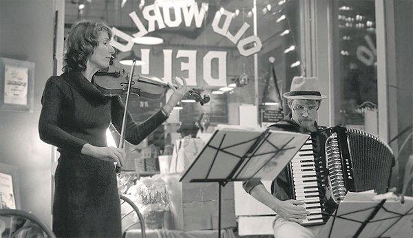 Duo CRICKET & SNAIL tvoří Lucie Carlson, narozená vČR, a její manžel, Američan, James Carlson.