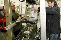 Zcela novou linku na plnění sudů pivem mají v Pivovaru Liberec – Vratislavice. Na montáž se přišel podívat také náměstek ředitele Jaroslav Toman (vpravo).