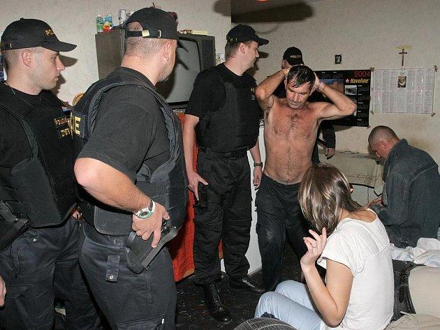 CIZINECKÁ POLICIE ZASAHUJE I V UBYTOVNÁCH. Při raziích se policistům podaří nezřídka načapat cizince, který nemá na území Česka co dělat. Nejčastějším prohřeškem mezi cizími státními příslušníky je pak ilegální pobyt v naší republice.