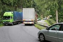 SOUČASNÁ VYSOCE FREKVENTOVANÁ SILNICE MEZI LIBERCEM A JABLONCEM JE VELICE NEBEZPEČNÁ, ÚZKÁ A PLNÁ SERPENTIN. Když se zde setkají dva kamiony nebo autobusy, rázem zablokují celou dopravu.