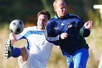 DOUBÍ B JEDE JAKO BLESK. Vlevo je jeho kapitán Jan Tříska, autor jednoho z gólů do sítě Nové Vsi. Vpravo je hráč Nové Vsi Petr Černý.