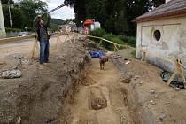 TRAMVAJOVÁ TRAŤ UKRÝVALA LIDSKÉ KOSTRY. Dělníci při rekonstrukci tramvajové trati ve Vratislavicích našli několik hrobů, ve kterých se nacházely kosterní ostatky.