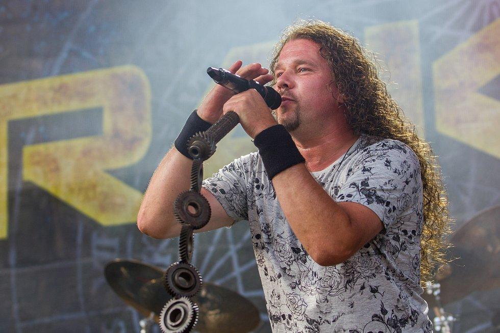 Ve sportovním areálu Vesec v Liberci pokračoval 27. července 26. ročník hudebního festivalu Benátská! Na snímku je zpěvák Jan Toužimský při vystoupení kapely Arakain.