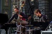 Pablo Held Piano Trio vystoupili se svým koncertem 13. července v rámci hudebního festivalu Bohemia Jazz Fest v Liberci. Na snímku zleva Robert Landfermann a Jonas Burgwinkel.