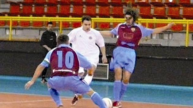OBRÁNCE ÚTOČÍ. Kamil Makula, vedený na soupisce Andy Liberec jako obránce, proniká mezi dvěma hráči Tábora.