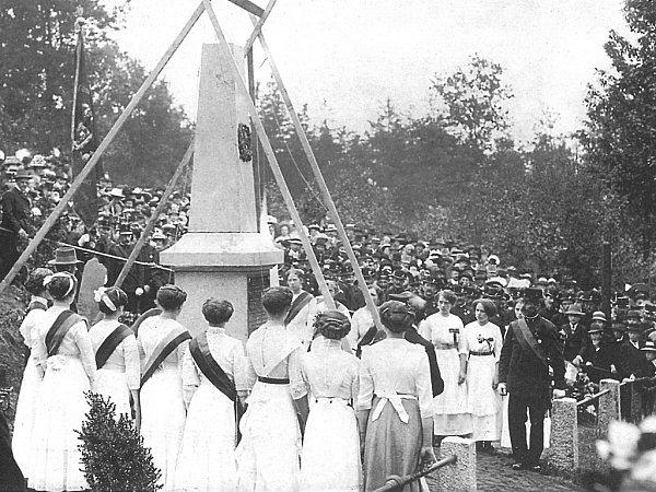 Odhalení válečného památníku zdobového tisku