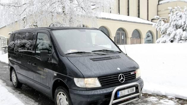 Pohřební vůz společnosti Likrem.
