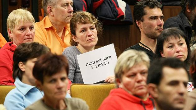 NA DVĚ STOVKY ODBORÁŘŮ SE SEŠLY ve středu pět minut po dvanácté v aule liberecké nemocnice, aby protestovaly proti úspornému balíčku vlády.