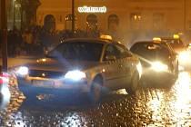 Spanilá silvestrovská jízda taxikářů po Náměstí dr. Edvarda Beneše.