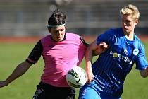 Ján Vlasko (v modrém) bojuje o míč