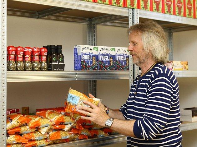Vyřazené potraviny obchodních řetězců poslouží sociálně slabším občanům nebo bezdomovcům. Na snímku Jiří Cerman.