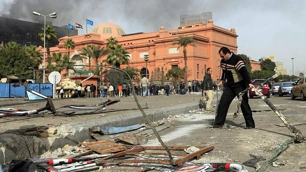 SLAVNÉ MUZEUM SE OCITLO V PLAMENECH. Takto to vypadá v okolí muzea v egyptské Káhiře. Než začala cenné památky, staré i pět tisíc let, hlídat domobrana, vybila si na nich svou zlost ulice.
