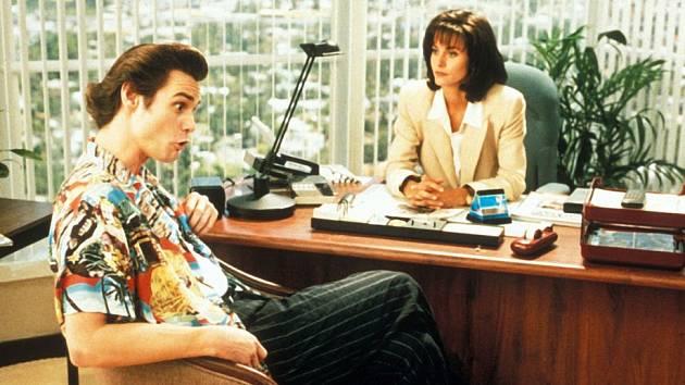 Ace Ventura se pustil do vyšetřování se svým osobitým stylem.