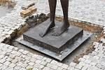 Před libereckou radnicí byly instalovány sochy Olbrama Zoubka.