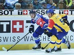 LIBERECKÝ Petr Ulrych (vlevo) a Dino Wieser z Davosu v utkání Ligy mistrů.