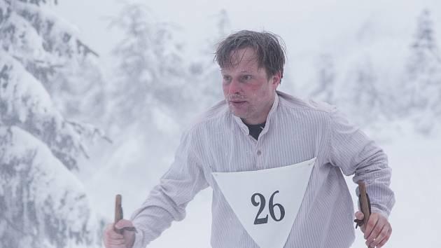 Záběry z přípravy na natáčení filmu Poslední závod o Hanči a Vrbatovi. Kryštof Hádek jeho Bohumil Hanč.