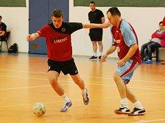 FT ZLEJ SE(N) FC YORK LIBEREC. Vlevo stíhá míč Werner, vpravo Nekvinda z Yorku.