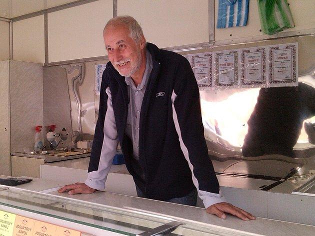 SELSKÝ DVŮR Braňany vyrábí mléčné výrobky všeho druhu. V Liberci je nabízí spokojeným zákazníkům Mirko Kraus.