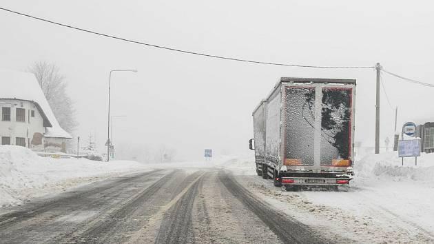Silničáři kvůli sněhu zavírají pro kamiony silnici z Tanvaldu do Harrachova a dále do Polska.