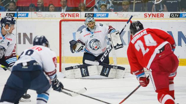 Liberecký brankář Marek Schwarz zasahuje proti olomouckému Burianovi.