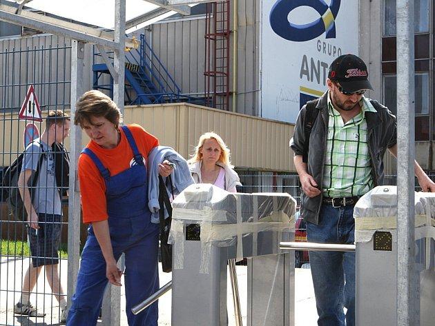 Zaměstnanci chrastavského závodu firmy Grupo Antolin po dopolední směně.