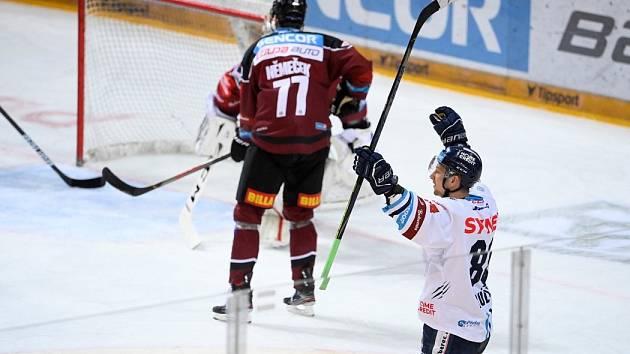 Liberecký útočník Michal Bulíř právě otevřel skóre druhého utkání semifinále play-off Tipsport extraligy proti Spartě.