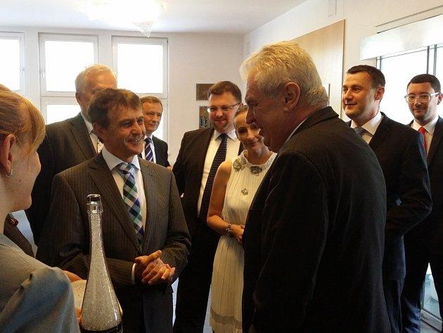 Miloše Zemana vítá majitel Preciosy Ludvík Karl.