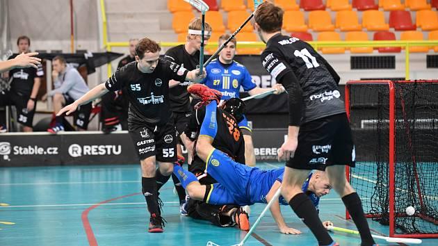Ferdan Prokop v černém (vlevo) nezabránil soupeři z Ostravy ve vstřelení branky. Ostrava nakonec vyhrála v Liberci 4:2. Foto: Jaroslav Apletaurer