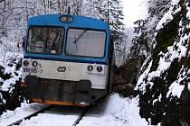 Vlak vykolejil po nárazu do skály, osm lidí se zranilo.