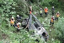 Auto sletělo ze srázu, pět lidí se zranilo.