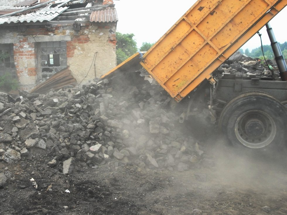 CHTĚJÍ KLID. Za domy se drtí suť a taví asfalt.