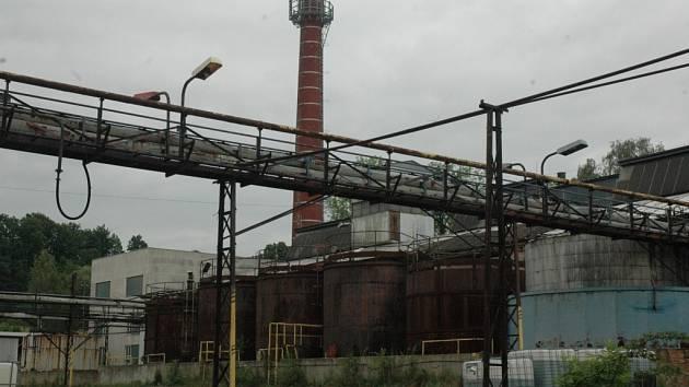CHÁTRAJÍCÍ CHEMICKÁ TOVÁRNA. V areálu bývalé chemičky nyní sídlí společnost Kortan a sběrna kovového šrotu. Zemina je na převážné většině pozemku zamořená jedovatými látkami.