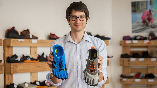 Pavel Křenek, odborník přes lidská chodidla, v prodejně Bosá noha v Liberci.