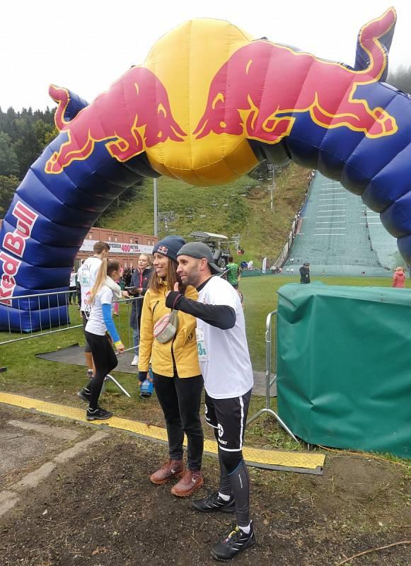 Extrémní běh do můstku - Red Bull 400 2021 v Liberci (snowboardcrossařka Eva Samková a foto s fanouškem)