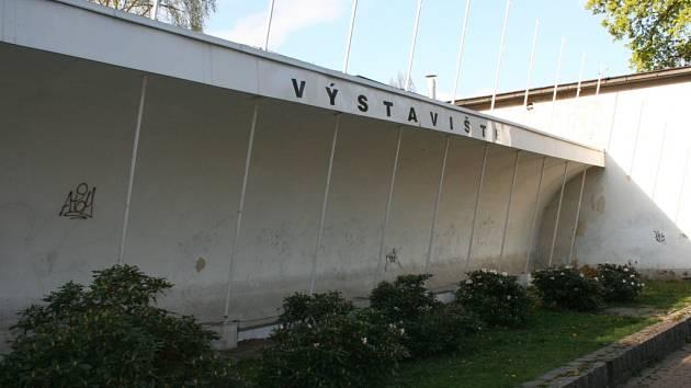 Vstup do LVT. Bývalé sídlo je o několik desítek metrů dál směrem do Lidových sadů