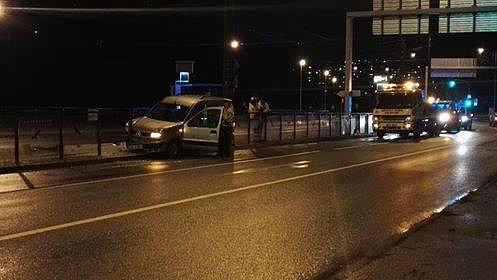 Řidička narazila do proskleného oplocení uzastávky ULomu.