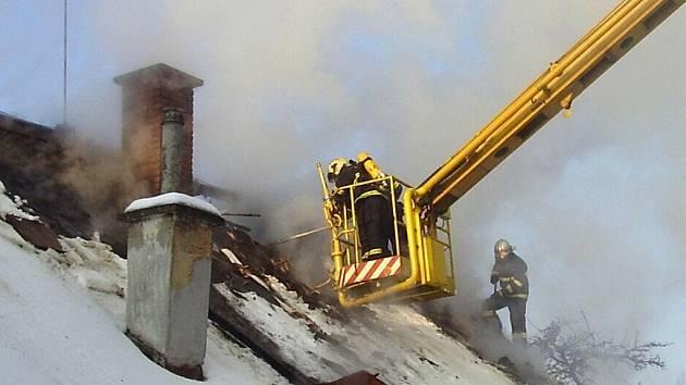 ZANEDBANÝ KOMÍN může skončit tragickým požárem celého domu. Od nového roku je povinné nechat si komín kontrolovat.