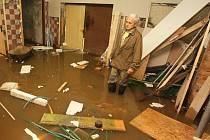Opadnutím vody problémy neskončily. Už od roku 2010 lidé bojují se všudypřítomnou vlhkostí.