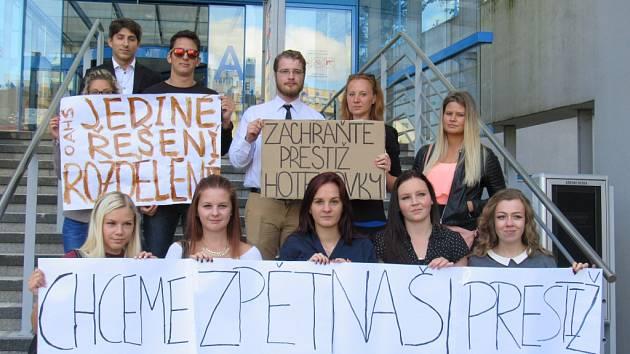 STUDENTI z Hotelové školy a obchodní akademie přišli na kraj podpořit rozdělení školy.