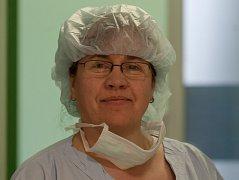 Zdravotní sestra Olena Ihňatová původem z Ukrajiny na snímku ze dne 21. dubna v liberecké nemocnici.