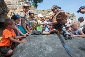 Prohlídka pro děti na hradě Valdštejn s místním loupeživým rytířem.