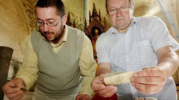 Tři trubková pouzdra ukrývala měděné krejcary nominální hodnoty od půl krejcaru až po šesti a dvaceti krejcar, nejstarší z roku 1760. Byly zde i papírové peníze, například 5 gulden, který je předchůdcem Eura. Mezi nimi se nacházela i jedna směnka.