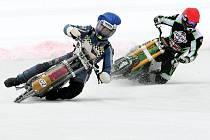 JAN PECINA V ČELE ZÁVODU. Ledař z SK Osečné (vpředu vlevo) si zkusil ledovou dráhu v rakouském St. Johanu.